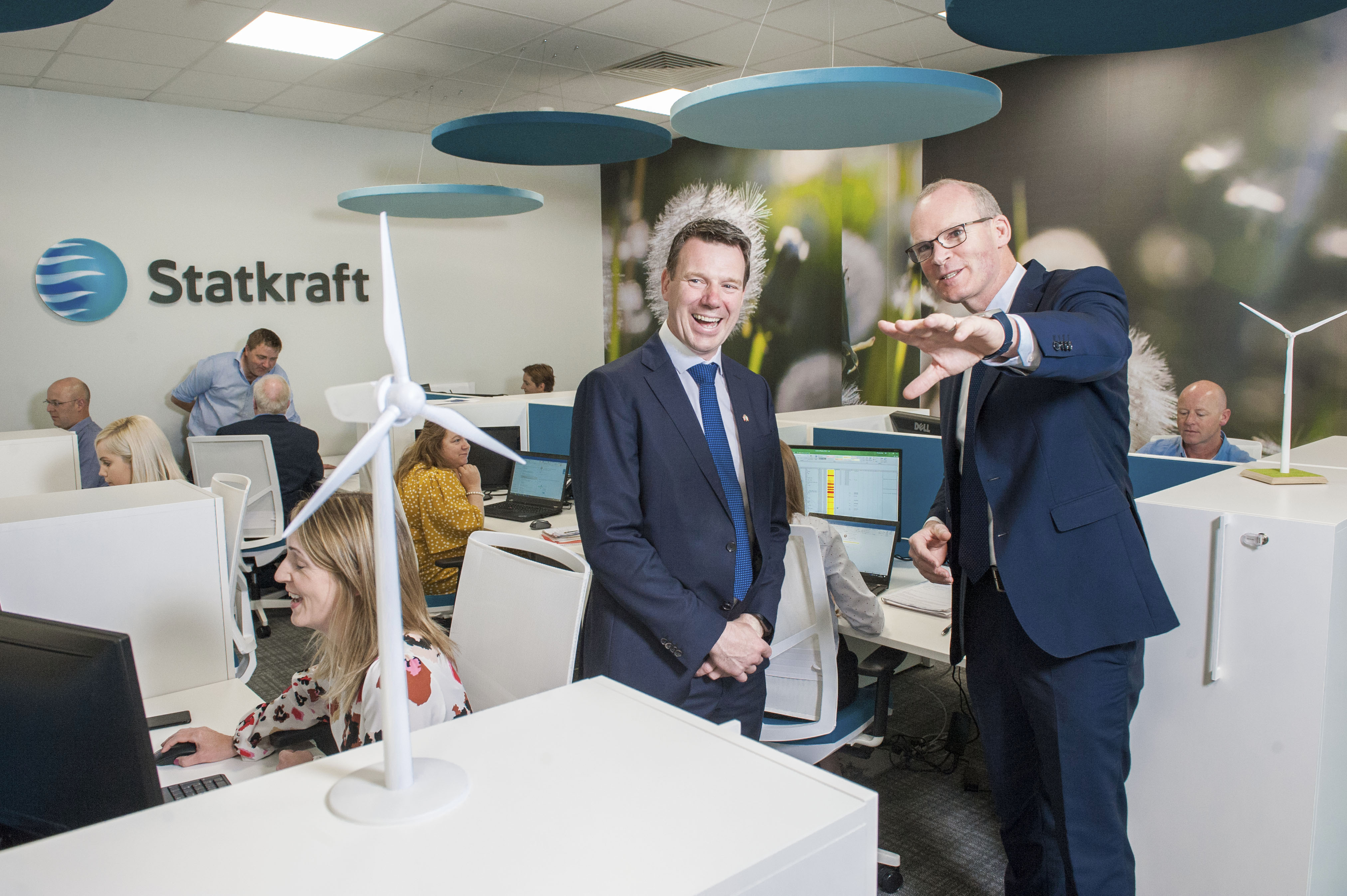 Minister for Foreign Affairs, Simon Coveney shares his vision of the Irish renewable sector with Statkraft Ireland Managing Director, Kevin O'Donovan at company's Irish headquarters in Cork